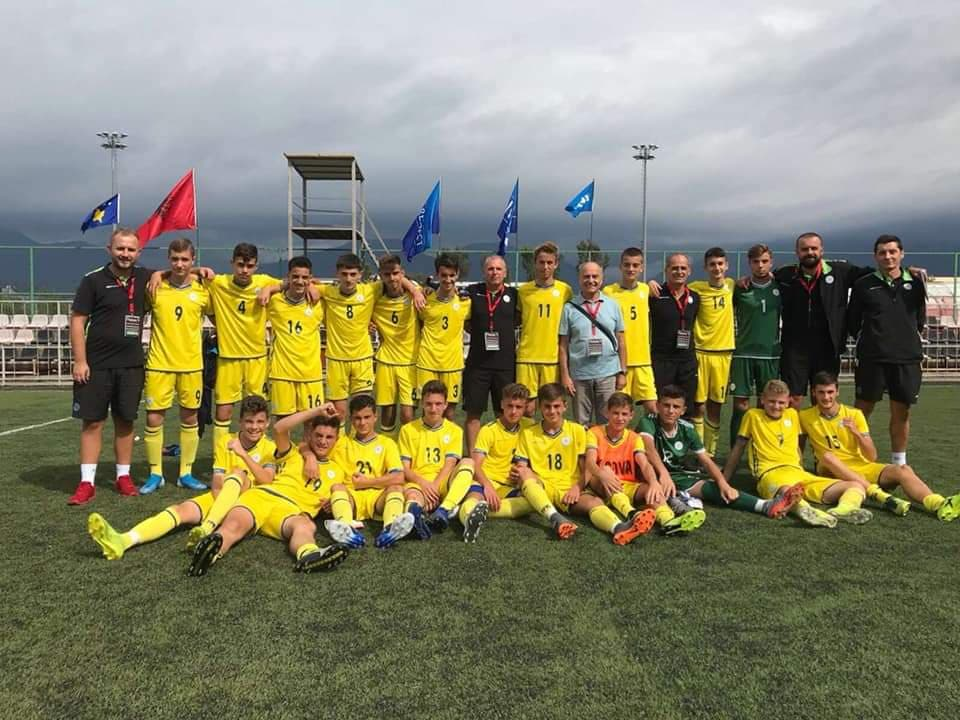 Kosovo U15 all team pose