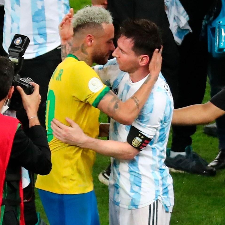 Neymar & Messi hug @ Argentina vs Brasil
