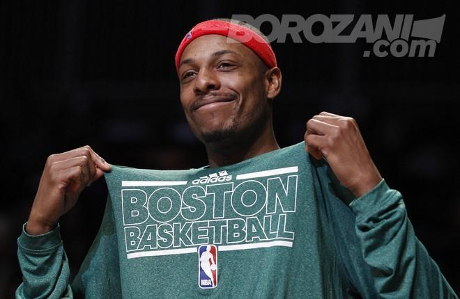 Bostoni pensionon fanellën e Paul Pierce