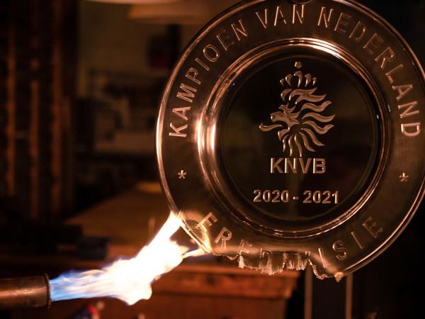 Ajaxi shkrin trofeun për t'ia dhuruar tifozëve