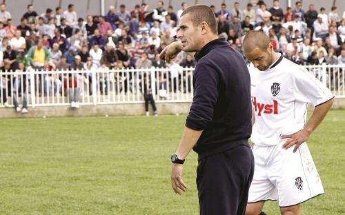 Llapi shton trajner në shtabin teknik
