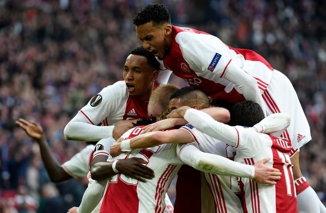 Ajaxi deklason Lyonin, i afrohet finales