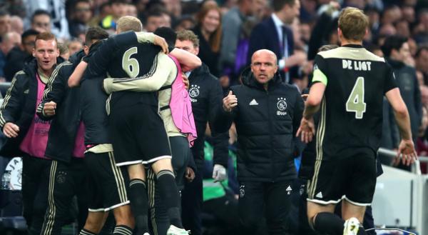 Fitore në Londër, Ajaxi i afrohet finales