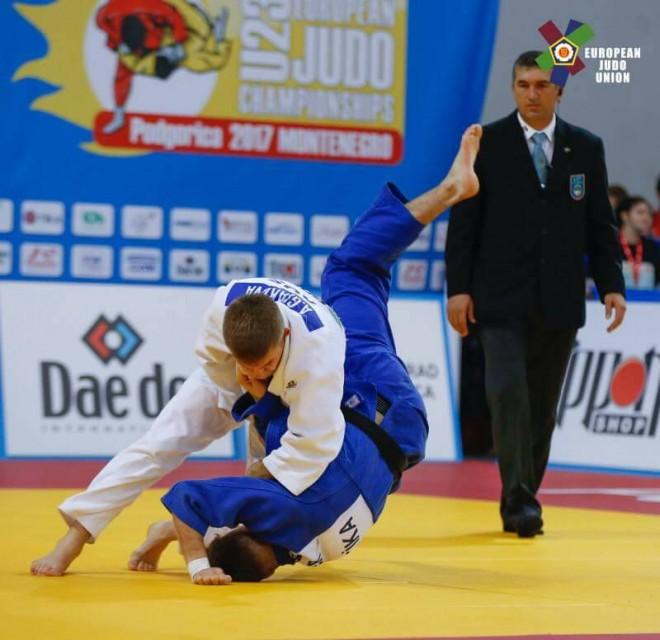 Akili siguron medaljen, arrin finalen