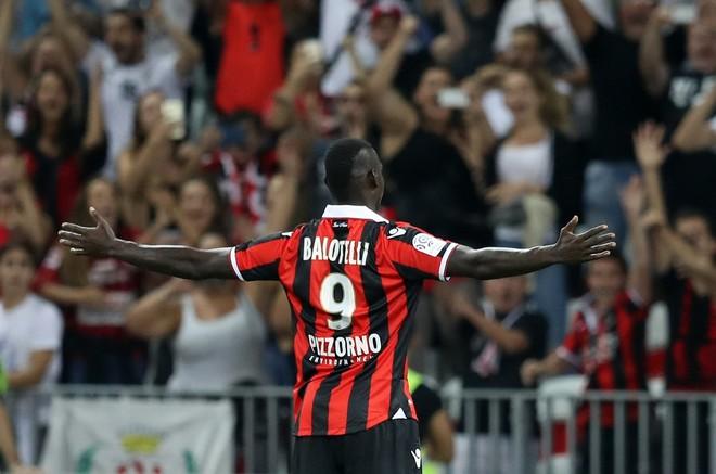 Balotelli debuton me 2 gola