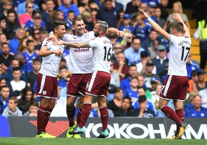 Burnley befason kampionin në start