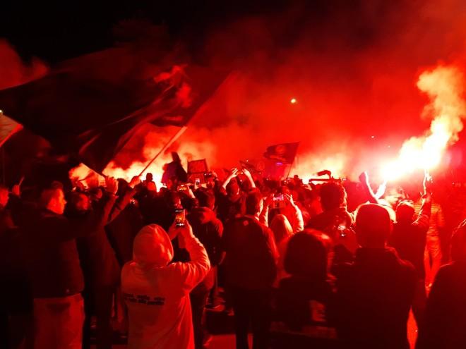 Tifozët e Atalantas presin ekipin me flakadanë pas humbjes 7-1