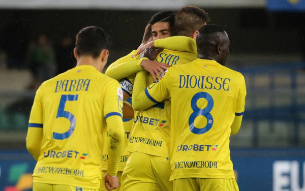 Shqiptari shënon, Chievo ende lufton