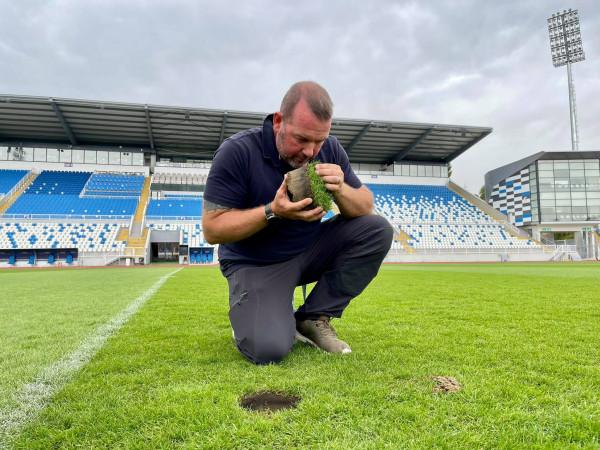 """Gilasbey inspekton fushën e stadiumit """"Fadil Vokrri"""", sugjeron riparimin e saj"""