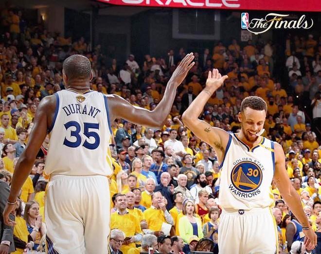 Durant & Curry shpërthejnë, për epërsi në serinë finale