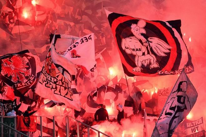 16 penallti dhe Eintracht arrin finalen
