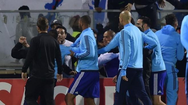Pas shkelmimit të tifozit, Evra suspendohet nga ekipi i tij