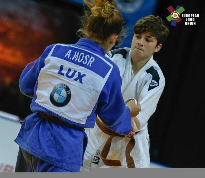 Laura Fazliu pranë medaljes