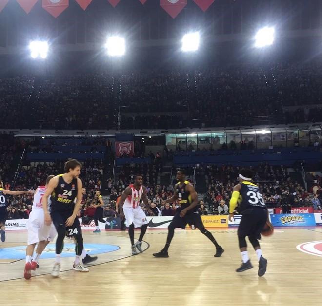 Feneri 'zgjohet' vonë, Olympiacosi fiton