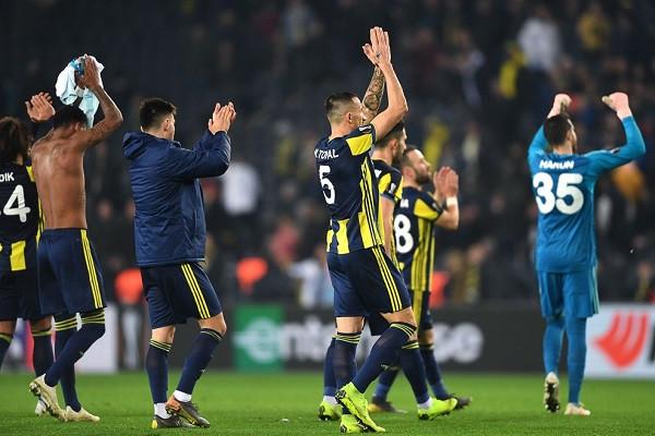 Portieri mban Fenerbahçen në lojë