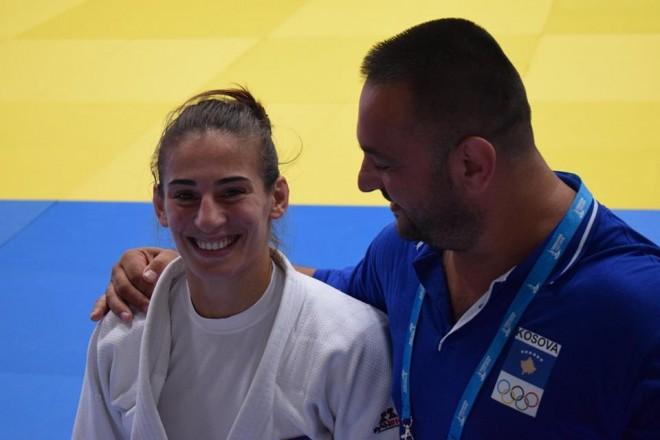 Nora Gjakova merr medaljen e artë në Gjeorgji