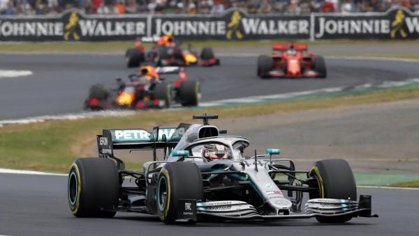 Super garë, triumfon Hamiltoni për rekord