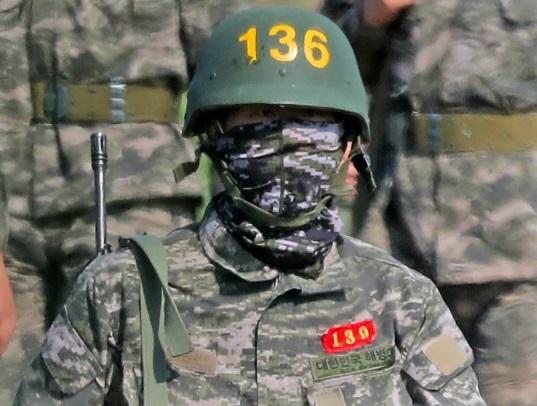 Ushtari Son, po kryen detyrën shtetërore