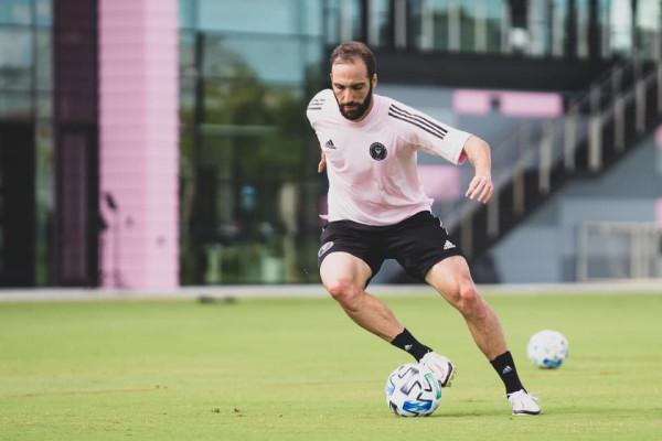 Gonzalo Higuain nis stërvitjet me ekipin e ri