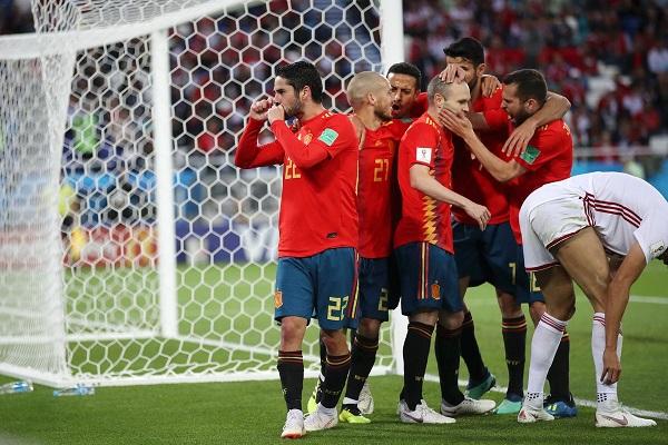 Spanja shpëton nga humbja, kualifikohet si lidere