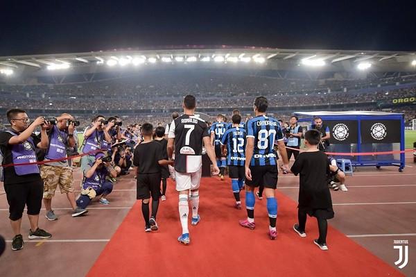 Buffon e Ronaldo, shpëtojnë debutimin e De Ligtit