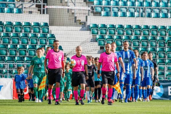 Besfort Kasumi me ndihmësit në ndeshje tjetër të UEFA-së