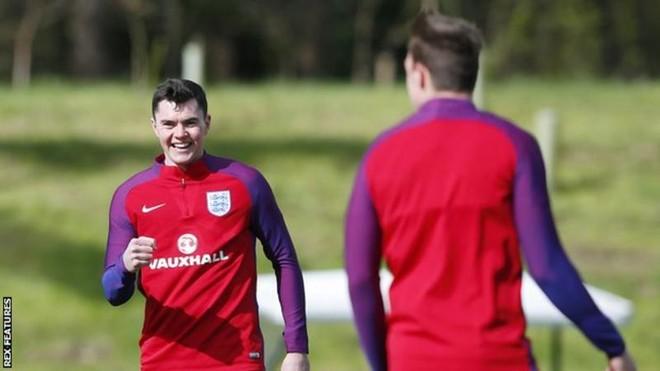 Anglia me 3 mbrojtës, një debutues, ndaj kampionit të botës