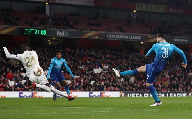 Arsenal me humbje shkon tutje, Milan pa probleme