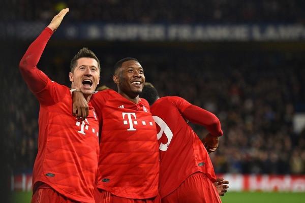 Bayern me një këmbë në çerekfinale