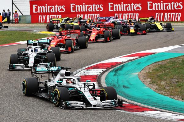 Hamilton triumfon në Kinë, merr kryesimin