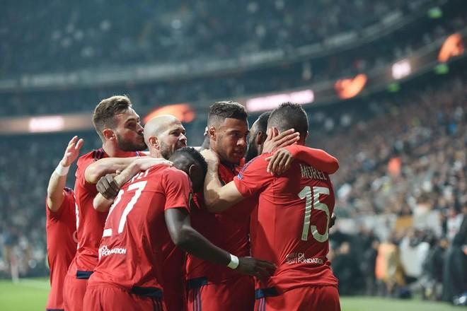 Penalltitë çojnë Lyonin përpara
