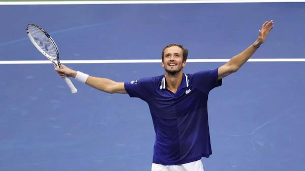 Medvedev fantastik në finale, mposht Djokovicin