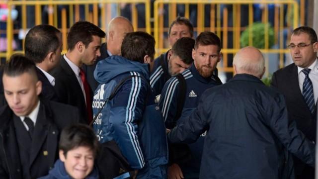 Messi s'lejon sigurimin që ta largojë adhuruesin e vogël