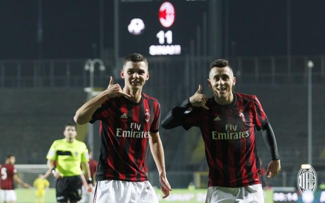 Shqiptarët çojnë Milanin në finale