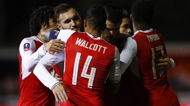 Perez dhe Walcott shpiejnë Arsenalin në ç'finale