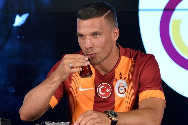 Podolski në këngë, në krye të top-listave