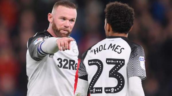 Rooney debuton me asist në fitore