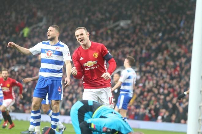 Rooney barazon legjendën, United kalon Readingun