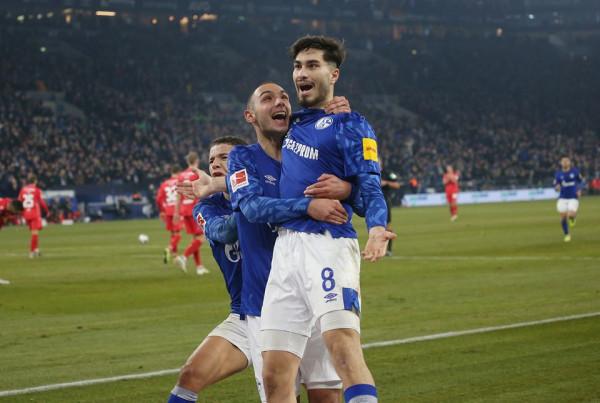 Schalke fiton, në garë për kreun