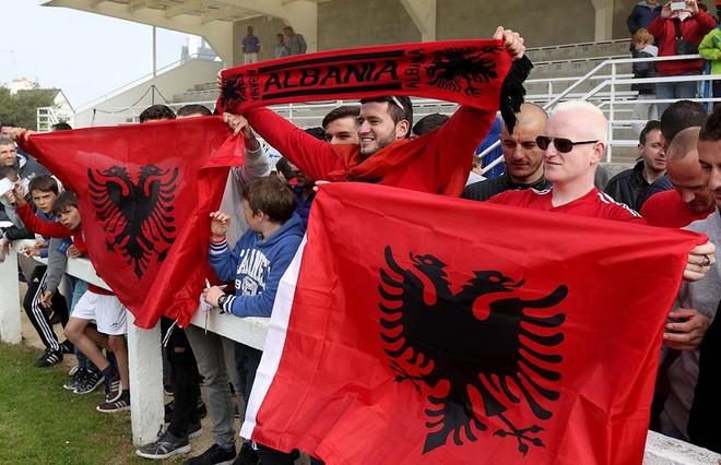 Tifozët shqiptarë edhe në stërvitje të Kombëtares