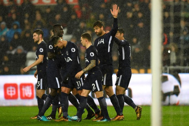 Tottenhami fiton, Swansea vazhdon fundosjen