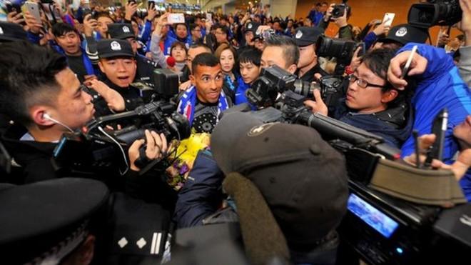 Qindra tifozë presin Tevezin në aeroport