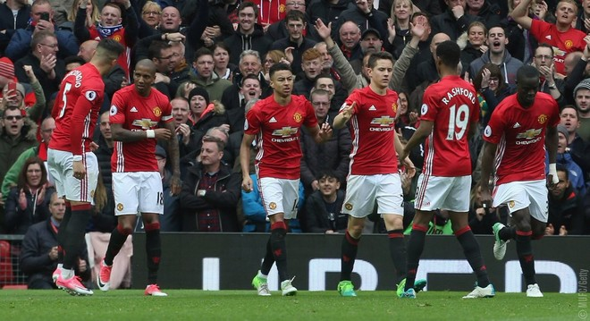 United fiton dhe hap garën për titull