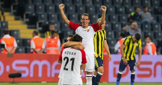 Vardari shokon Fenerbahçen, shkruan historinë