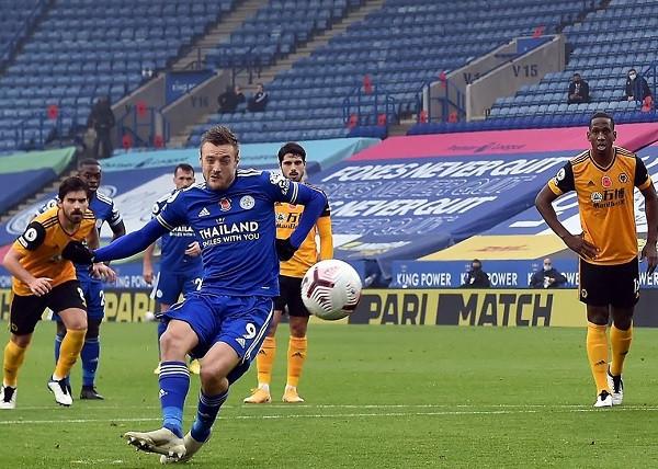 Penalltia e Vardyt çon Leicesterin në krye