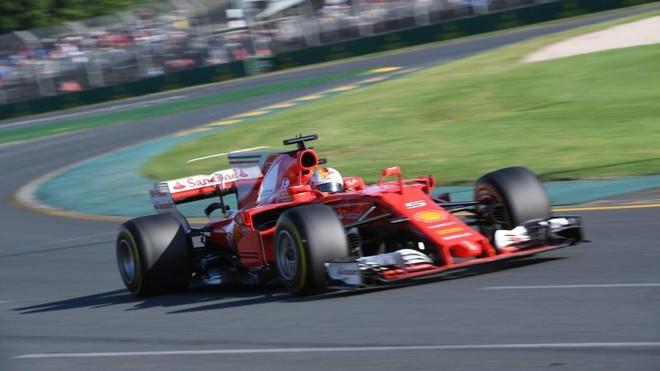 Vettel fiton garën e parë, Ferrari më i shpejt se Mercedesi