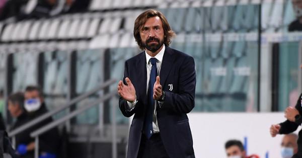 Andrea Pirlo i gëzuar me trofeun e parë si trajner