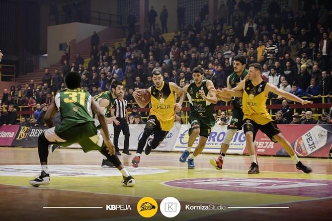 Ndërprehet përkohësisht ndeshja Trepça-Peja