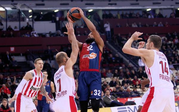 Olympiacos rrëmben fitoren e Baskonias