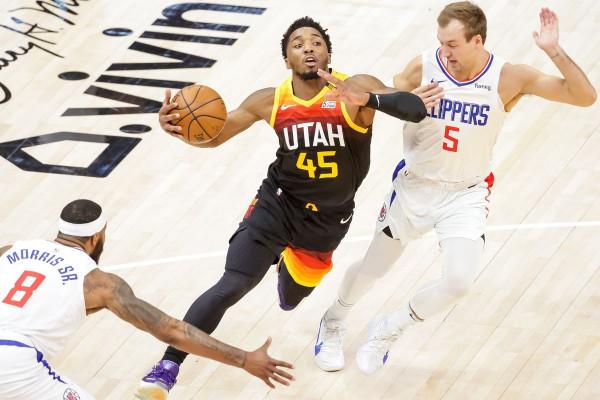 Utah fillon me fitore gjysmëfinalet, Mitchell shkëlqen